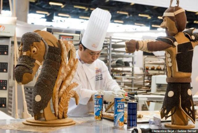 Li Csang Min, Kim Dzsong Ho és Pak Jong Dzsu – egy különleges lovasíjász-alakú kenyérszoborral nyűgözte le a zsűrit