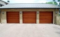 Színes garázsajtó – egyre több helyen látható, hogy a ház színéhez illeszkedik a garázsajtó árnyalat is