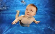 Babaúszás – bár a vélemények megoszlanak, a tapasztalatok szerint imádja a babák többsége